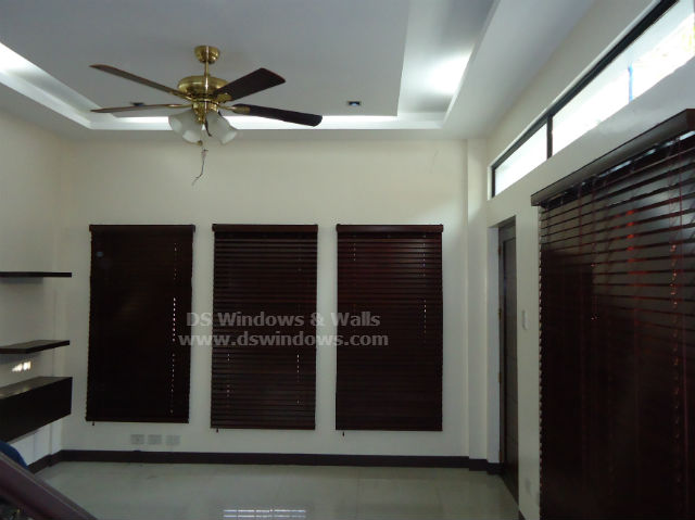 Mahogany Wood Blinds For Traditional And Romantic Living Room